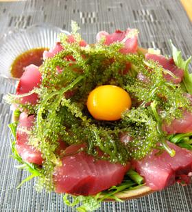 沖縄県産まぐろの海ぶどう丼(島にんにくダレ)